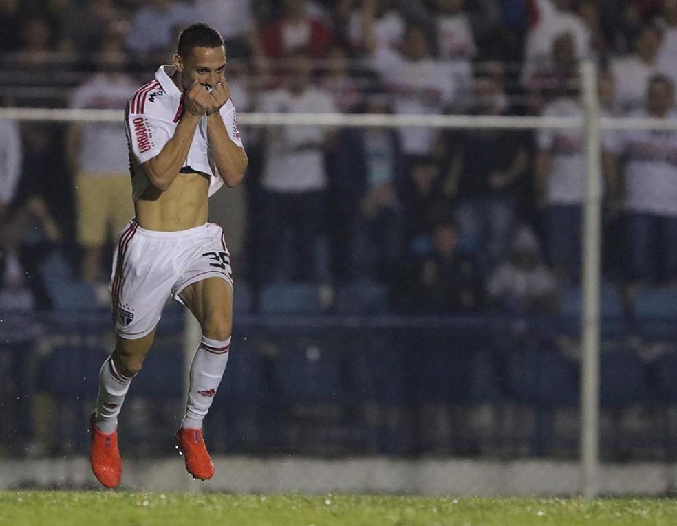 Antony festeja gol beijando a camisa do São Paulo — Foto: Rubens Chiri / saopaulofc.net