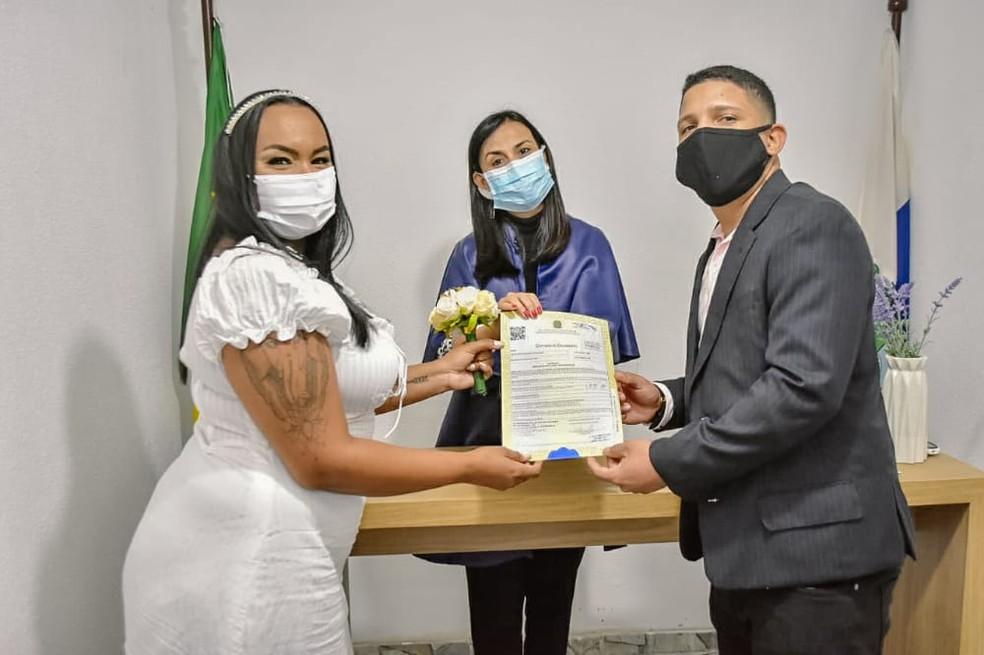 Michele e Inácio conseguiram se casar apesar da operação no Jacarezinho — Foto: Arquivo Pessoal
