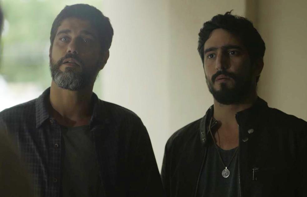 Jamil (Renato Góes) e Hussein (Bruno Cabrerizo) tentam inocentar Almeidinha (Danton Mello) — Foto: Globo