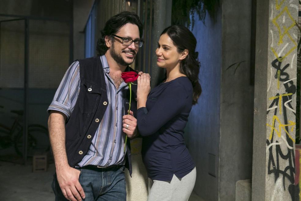 Roney (Lucio Mauro FIlho) tenta reconquistar Josefina (Aline Fanju) — Foto: Globo / Rafael Campos