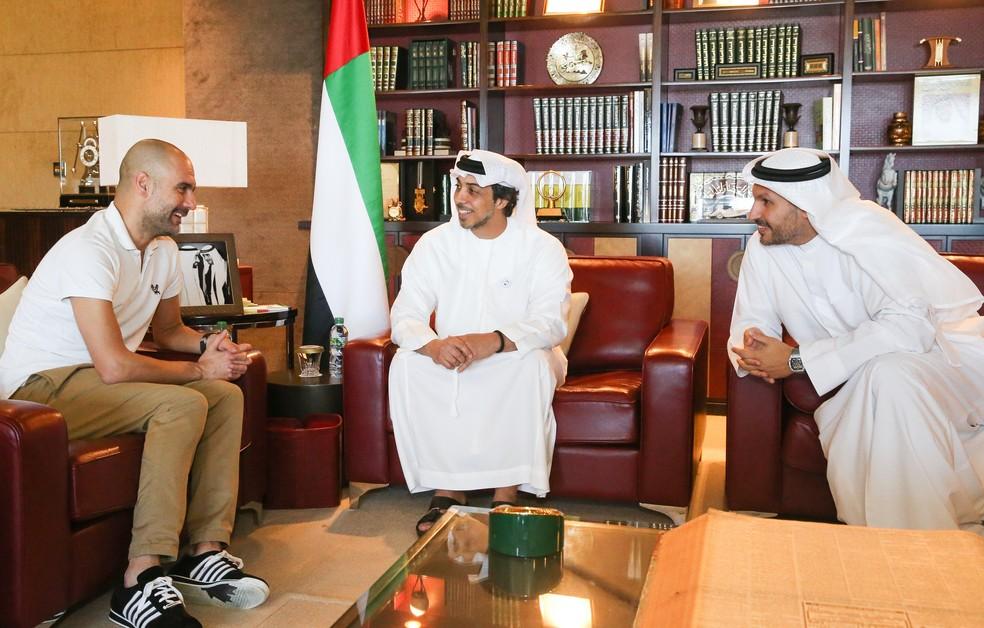 Pep Guardiola, técnico do Manchester City, com o Sheik Mansour bin Zayed, dono do grupo, e o presidente do clube, Khaldoon Al Mubarak — Foto: Victoria Haydn/Manchester City