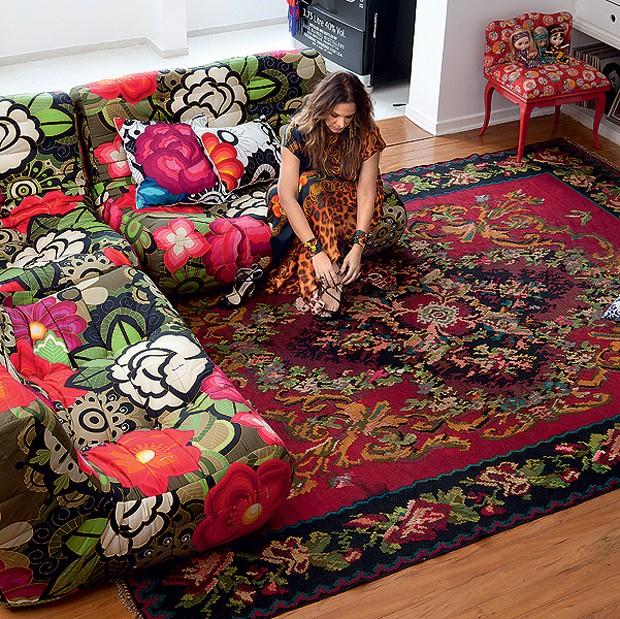 A estilista Adriana Barra é a autora da estampa Tea, see... do!, para a grife italiana Moroso. Em sua casa, ela reveste o sofá, que faz combinação inusitada com o tapete turco. Para Adriana, o melhor da decoração é ter liberdade (Foto: Lufe Gomes/Casa e Jardim)