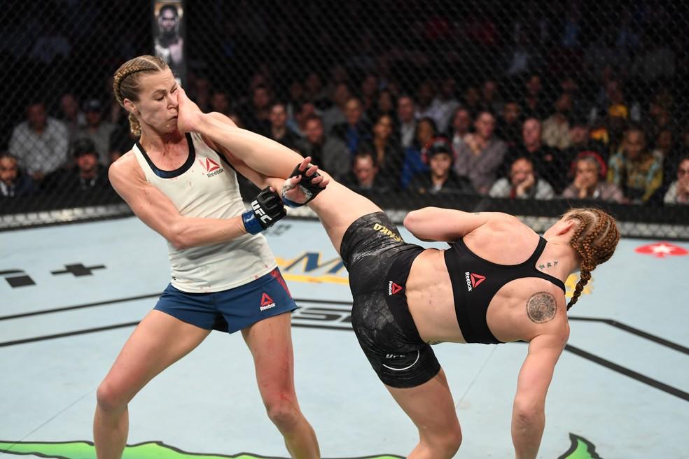 Valentina Shevchenko acertou um chute no rosto de Katlyn Chookagian  que levantou o público no UFC 247 — Foto: Getty Images