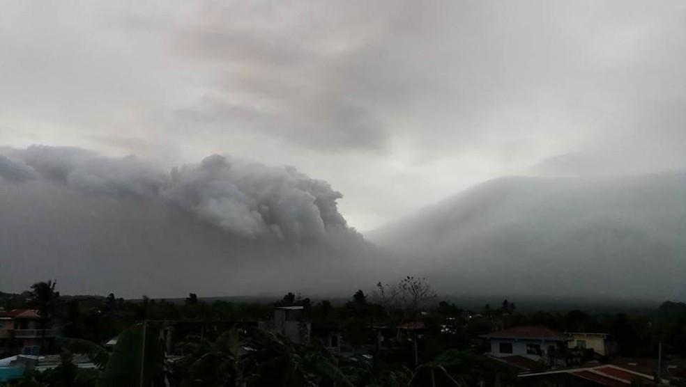 Filipinas elevou neste domingo (14) o alerta no vulcão Mayon (Foto: Reuters/Raymund Mark Nayve)