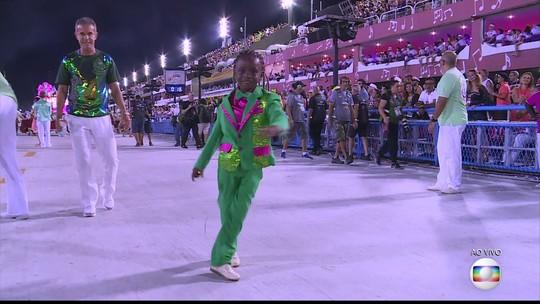 Aos 9 anos, dançarino da Mangueira encanta Sapucaí e sonha ser coreógrafo