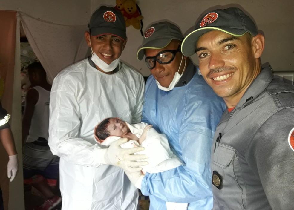 Bombeiros e a pequena Emili, em Peruíbe, SP  (Foto: Divulgação/Comunicação Social do Corpo de Bombeiros)
