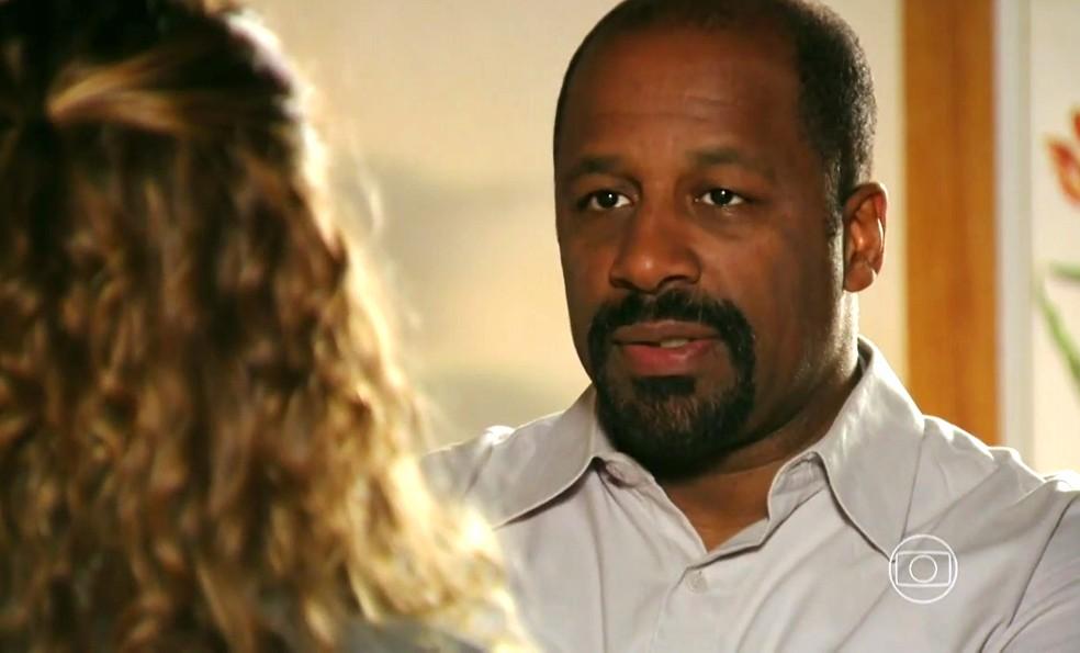 Quirino (Aílton Graça) diz a Doralice (Rita Guedes) que Nicole (Cinara Leal) vai ficar na casa dele por tempo indeterminado - 'Flor do Caribe' — Foto: Globo