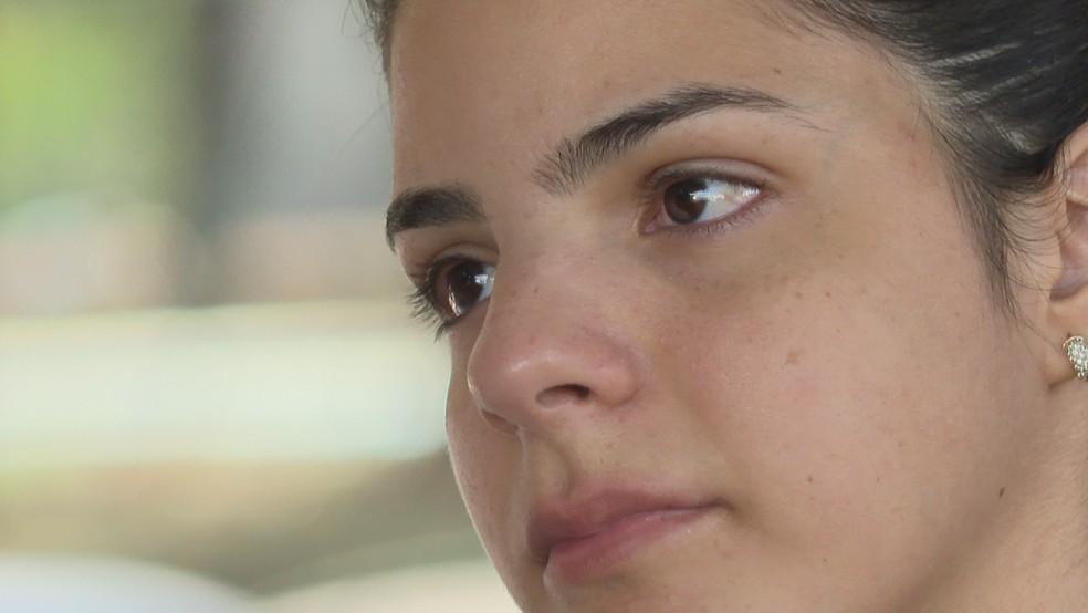 Paloma Ferreira aguarda leito para filha de 11 meses no Instituto de Cardiologia do DF — Foto: TV Globo/Reprodução