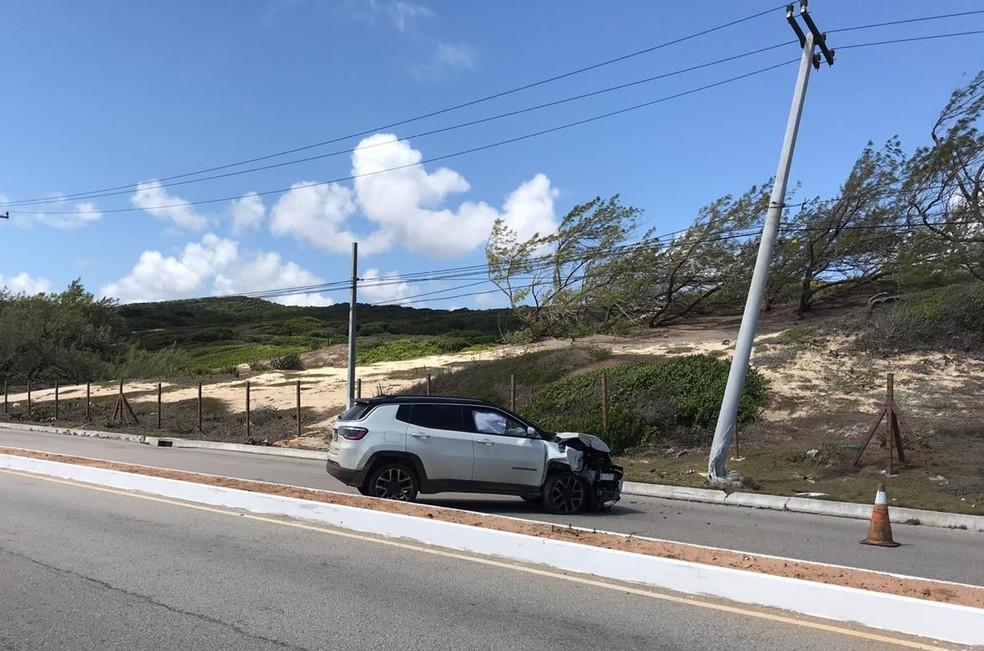 Motorista perde controle do carro e bate em poste na Via Costeira, em Natal — Foto: Ayrton Freire/Inter TV Cabugi