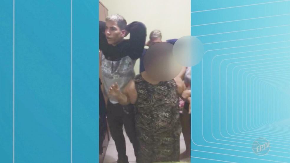 Dupla se rende após fazer família refém por duas horas dentro de casa em Ribeirão Preto (Foto: Reprodução/EPTV)