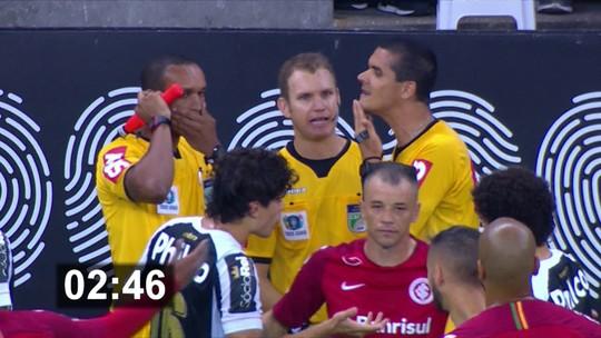 Árbitro demorou 5min58s para tomar decisão em lance de Inter x Santos, mostra cronômetro