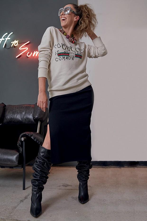 Chantal Goldfinger usa botas Morena Rosa (R$ 805) com moletom (R$ 4.530) e óculos, ambos Gucci, e saia Max Mara (R$ 2.490) (Foto: Thomas Tebet)