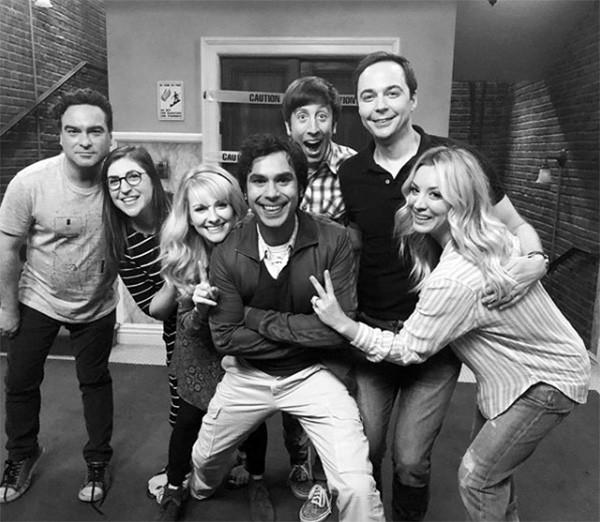 Elenco de Big Bang Theory em foto compartilhada por Kaley Cuoco nos bastidores da última temporada (Foto: Instagram)