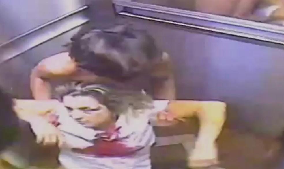 Empresária baleada é carregado em elevador pelo filho adolescente — Foto: Reprodução