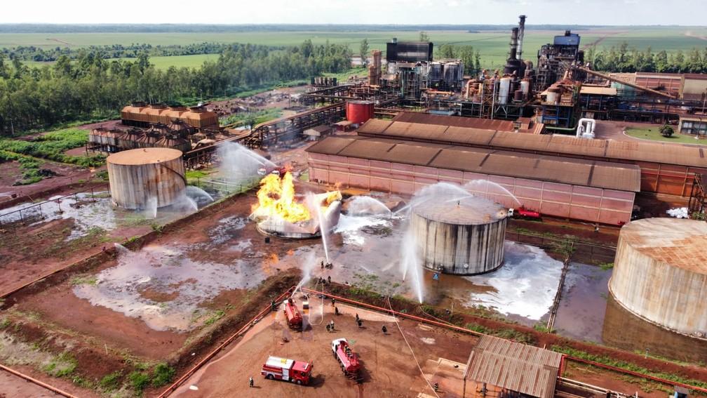 Bombeiros controlam chamas no tanque de etanol — Foto: Corpo de Bombeiros/Divulgação