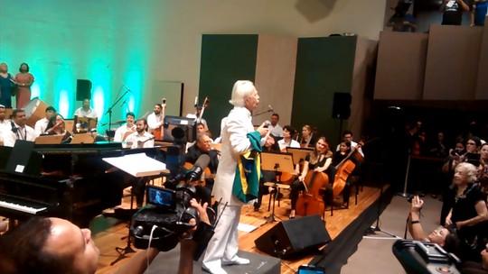 Geraldo Vandré faz show após 50 anos e se emociona ao cantar 'Caminhando', na PB