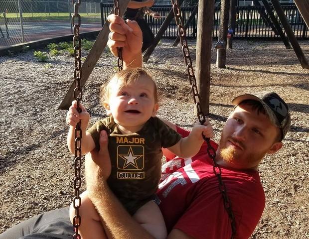 O pequeno Princeton com o pai Dominic (Foto: Reprodução Facebook)