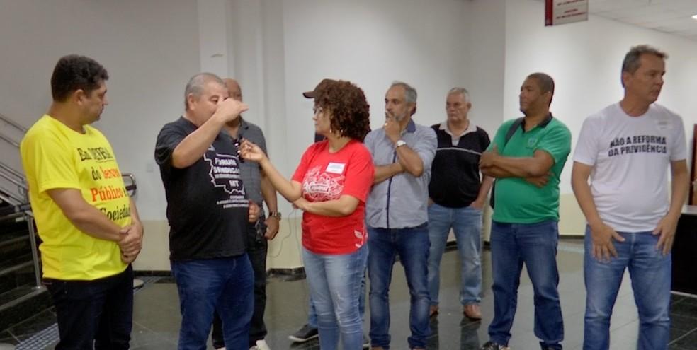 Representantes do Fórum Sindical estiveram na sessão para pedir aos deputados para não aprovarem o projeto — Foto: TVCA/Reprodução