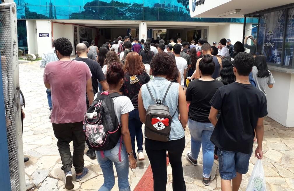Estudante entrando para fazer a 2ª etapa do Enem 2019 — Foto: Osvaldo Nóbrega/TV Morena