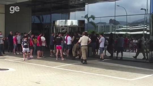 Torcida do Independiente derruba grade e causa confusão em frente ao hotel