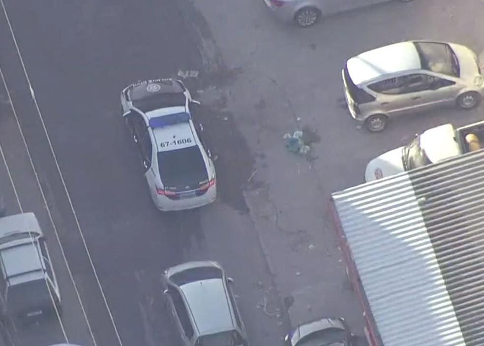 Também na manhã desta quarta-feira (5), policiais civis fazem operação contra grupo miliciano na Gardênic Azul. — Foto: Reprodução/TV Globo