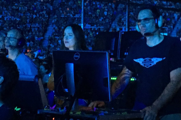 Outro flagrante de Dakota Johnson no show do Coldplay na Argentina (Foto: Twitter)