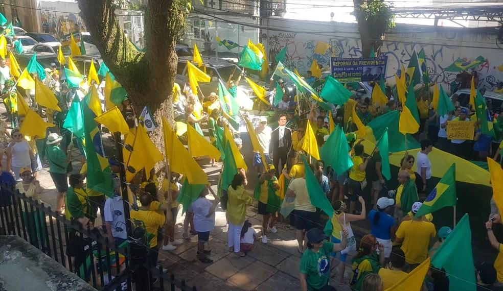 Manifestantes percorrem as ruas de Belém em defesa da operação Lava Jato — Foto: Andréa França/G1 PA