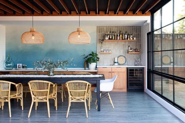 Décor do dia: sala de jantar com parede degradê azul (Foto: Reprodução/Abbie Naber)