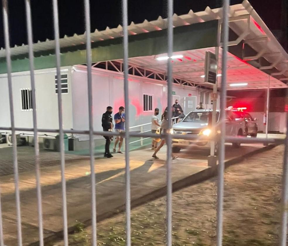 Senador Flávio Bolsonaro deixa a UPA municipal do Pecém, na cidade de São Gonçalo do Amarante — Foto: Serginho/Papel Pã Notícias