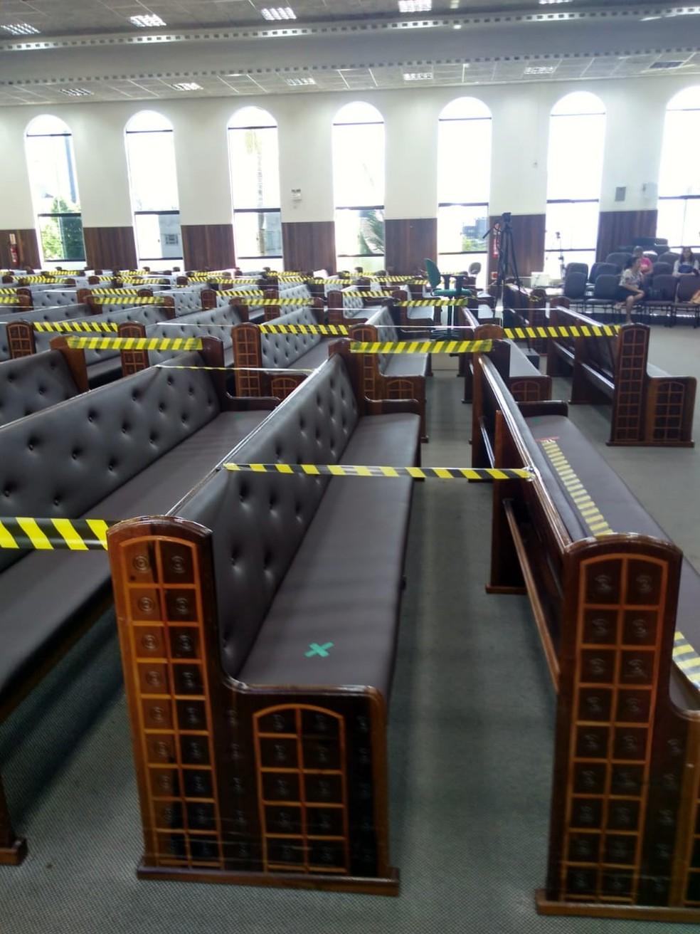 Espaço entre os bancos foi adaptado para receber os fiéis — Foto: Reprodução/ NSC TV