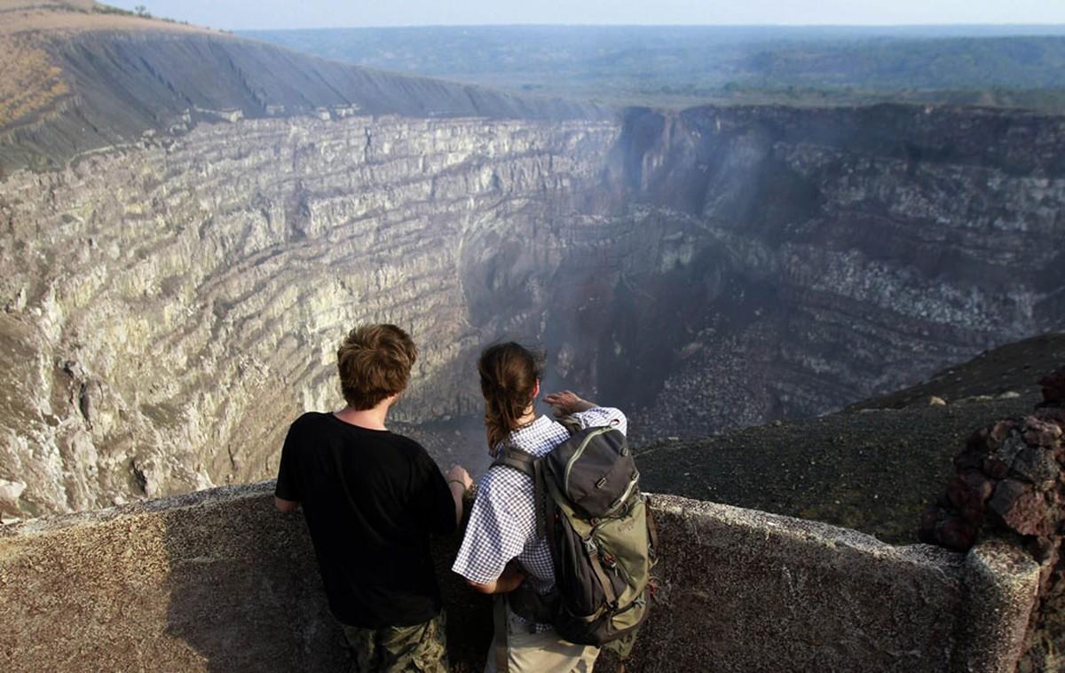 Vulcanólogos sobrevivem a queda em cratera de vulcão ativo na Nicarágua