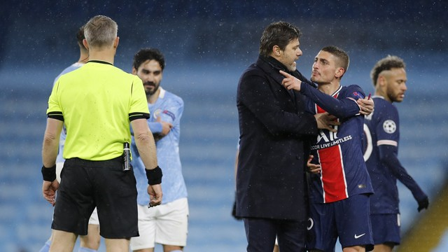 Pocchettino tenta conter Verratti durante o jogo do PSG contra o City