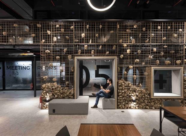 Os bancos em volta das paredes são  da Marellim e as luminárias do teto, da Comespe. As esquadrias são da Alumialves  e o Bricolagem Brasil revestimento Cimentício (Foto: Marcelo Donadussi/Divulgação)