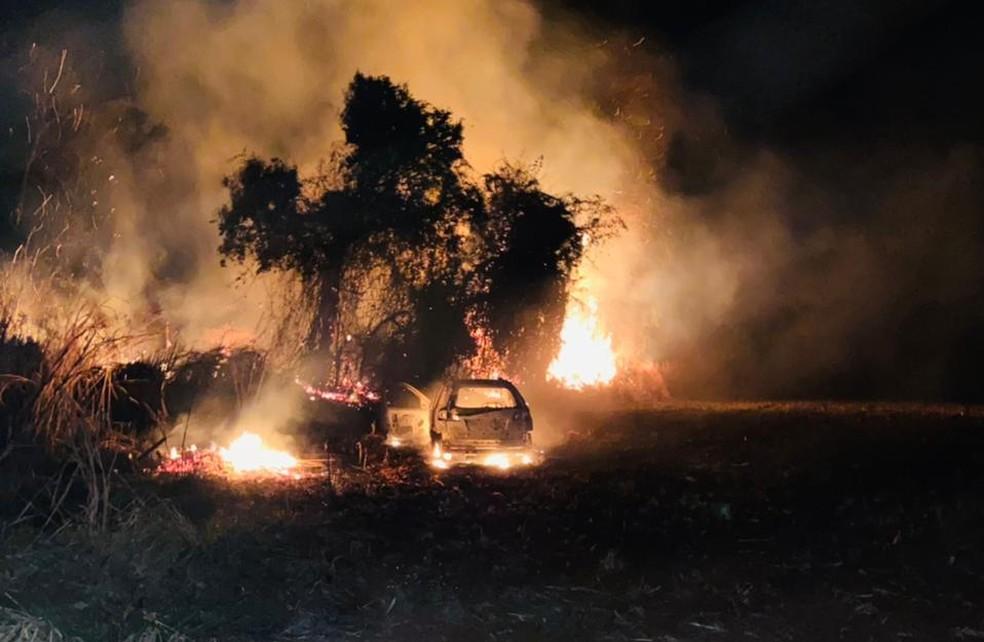 Carro em chamas foi encontrado pela polícia momentos depois — Foto: Polícia Militar