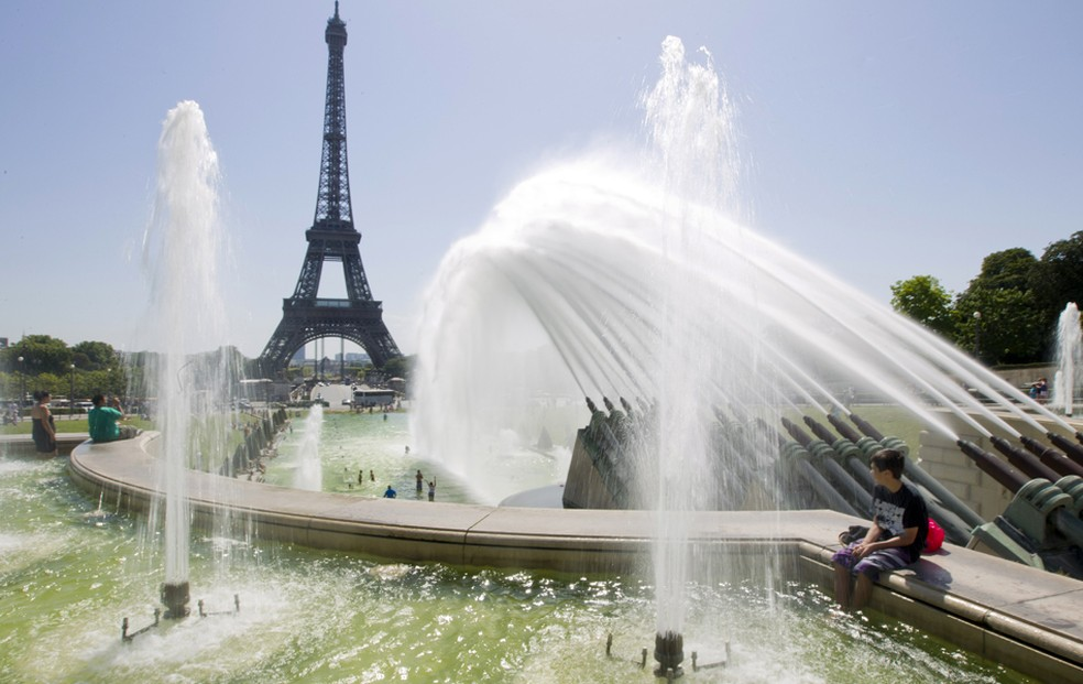 Imagem mostra a Fonte do Trocadero, em Paris, na França. — Foto: AP Photo/Jacques Brinon