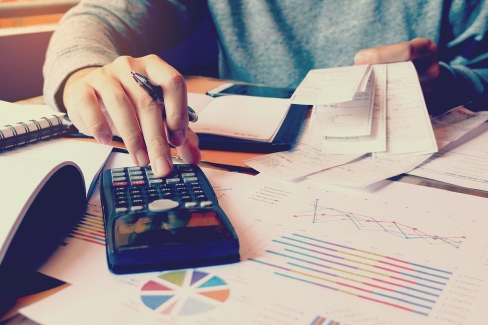 e5ff67560 ... Dicas ajudam a economizar dinheiro com ajuda de serviços online — Foto   Pond5
