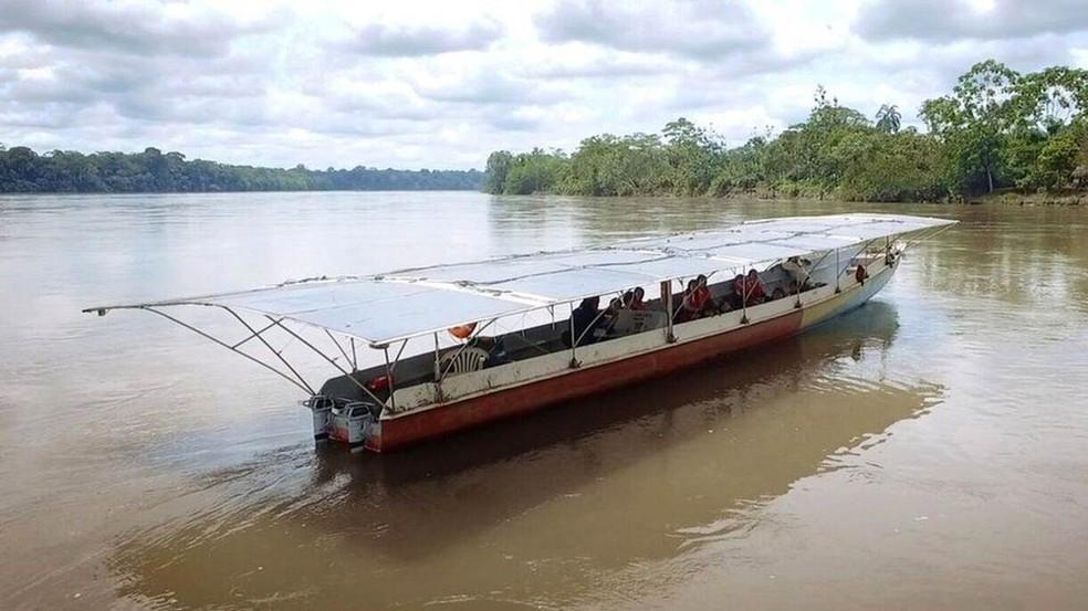 Depois de fazer estudos de navegabilidade, decidiu-se que o desenho da canoa dos indígenas cofan, no norte da selva equatoriana, era o mais adequado para as águas amazônicas (Foto: BBC)