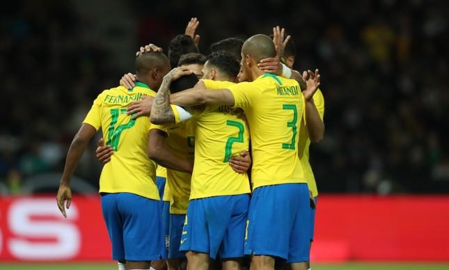 Jogadores da seleção brasileira comemoram