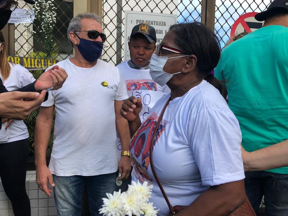 Marta Alves. avó de Miguel, participou de protesto, no Centro do Recife, nesta sexta (5) — Foto: Pedro Alves/G1