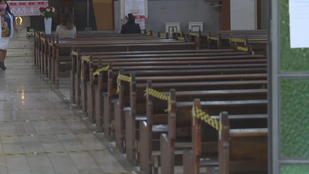 Igreja retoma atividade no DF com interdição de bancos e demarcação para distanciamento no chão — Foto: TV Globo/Reprodução
