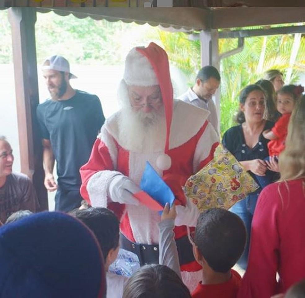 Renato entregava presentes para crianças de Miguel Pereira — Foto: Arquivo Pessoal