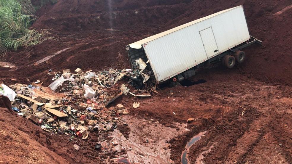 Motorista foi socorrido em estado grave depois de cair na cratera em Botucatu — Foto: Arthur Neves/TV TEM