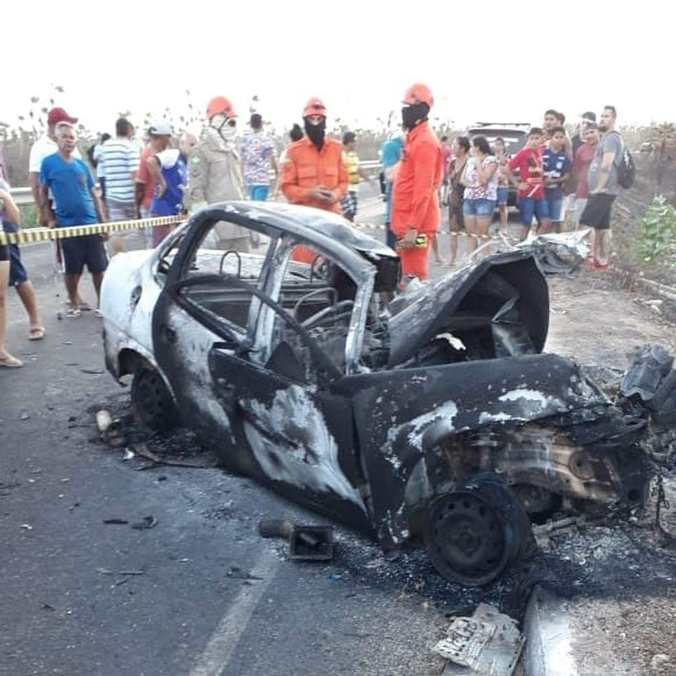 Carro com pacientes de Jijoca de Jericoacoara que retornavam de consulta em Fortaleza pegou fogo após colidir de frente com caminhão em Acaraú. — Foto: Arquivo pessoal