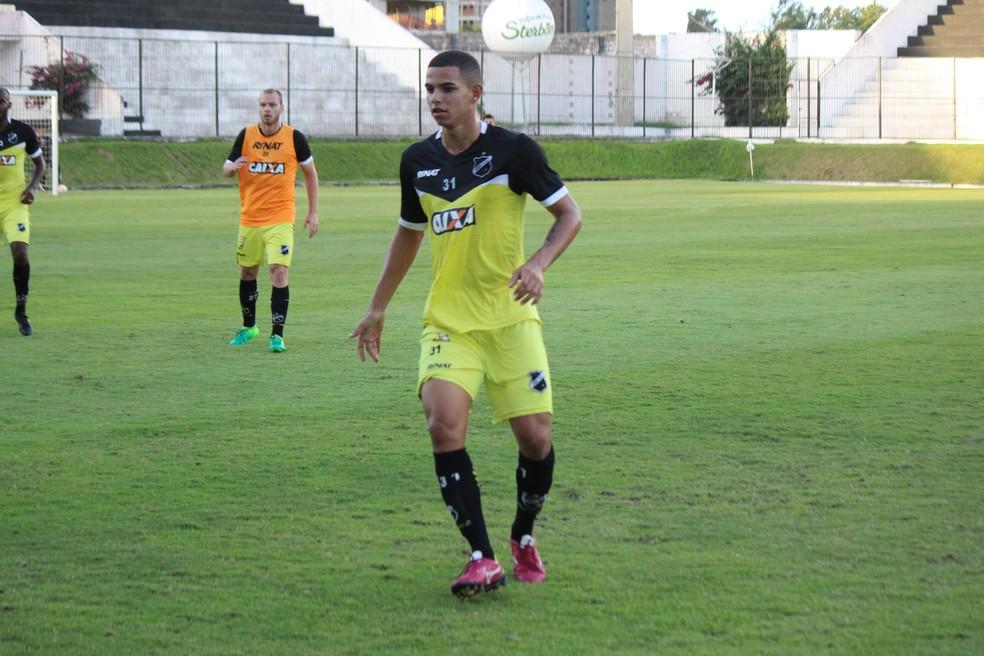 Volante Djavan treina como titular em esquema mais precavido (Foto: Diego Simonetti/Blog do Major)