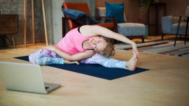 Aplicativos de meditação e exercícios podem ser uma boa forma de usar a tecnologia sem seus malefícios (Foto: Getty Images via BBC)