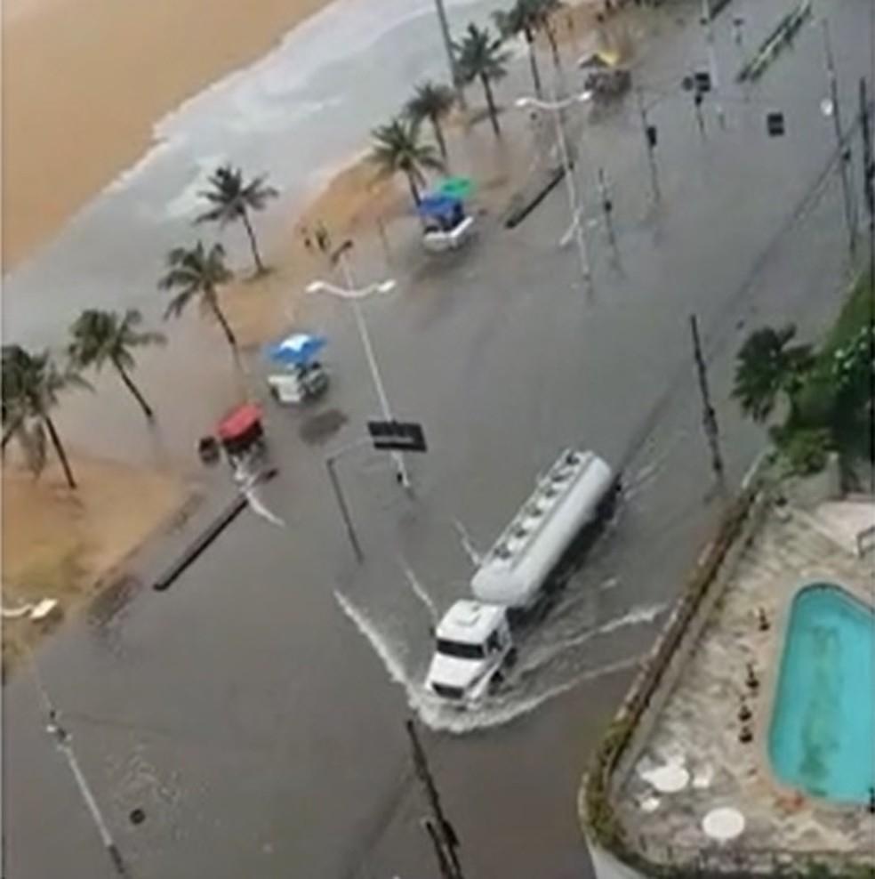 Avenida Beira Mar também teve trechos alagados nesta segunda-feira — Foto: Reprodução