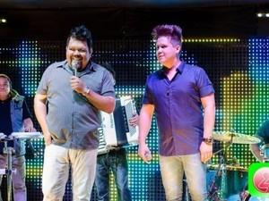 Junior e Gustavo estavam cantando funk quando a PM interrompeu o show (Foto: Divulgação)