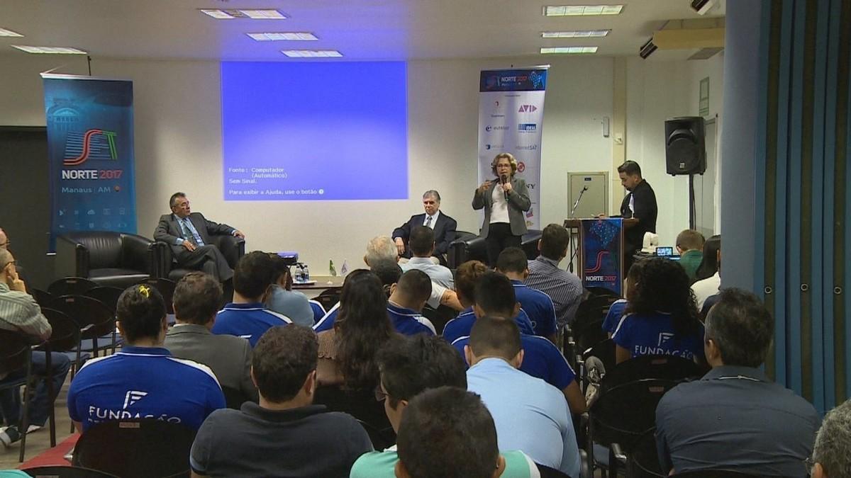 Estudantes e profissionais participam de debate sobre consumo na era digital, em Manaus