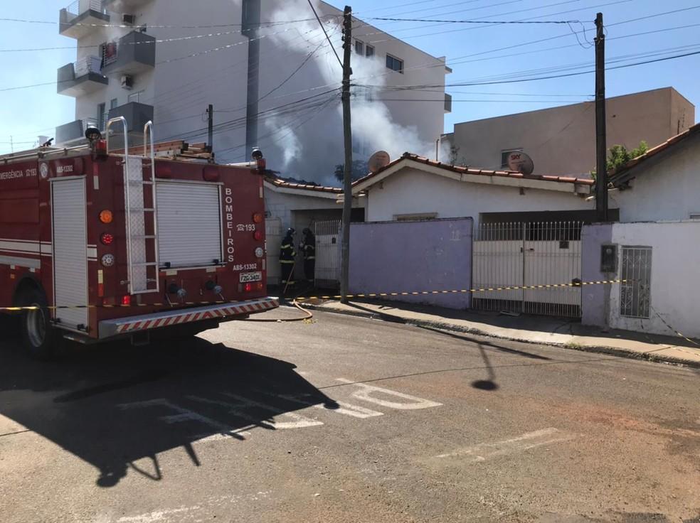 Fogo atingiu casa em Santa Fé do Sul; bombeiros foram chamados para controlar chamas — Foto: Ilson Colombo/Informamais