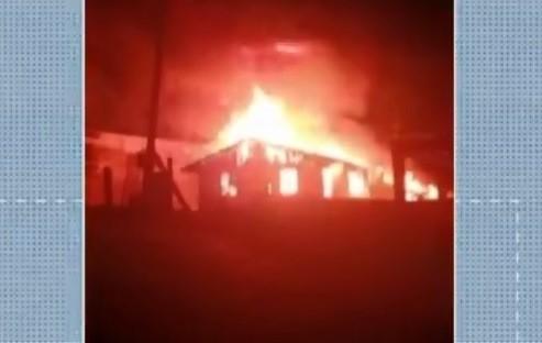 Homem é preso suspeito de incendiar casa após brigar com a companheira em SC; VÍDEO